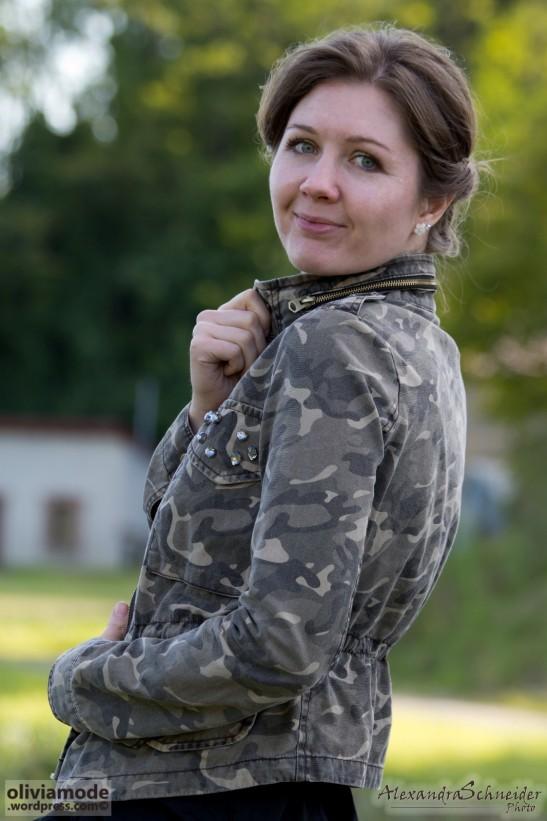 robe tailleur noire sandales lacées veste militaire olivi schneider oliviamode3